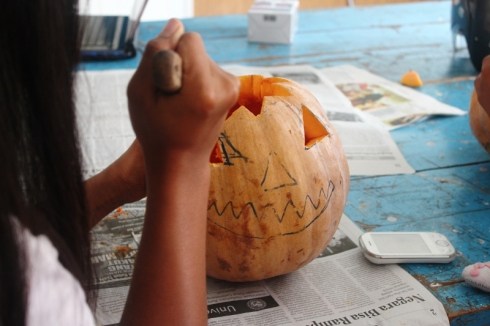 Mengukir labu = carving the pumpkin